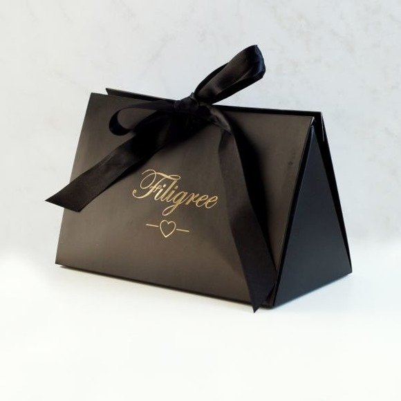 Czarne opakowanie prezentowe ze złotym nadrukiem